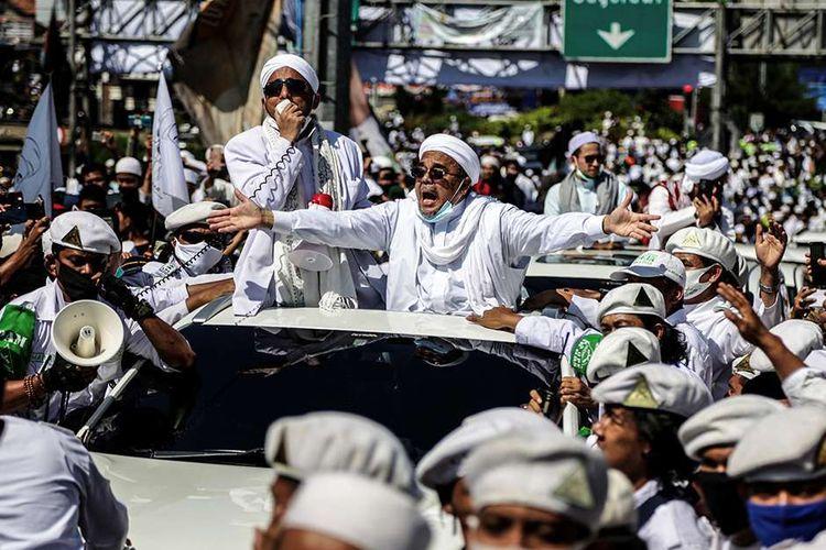 """Pemimpin Front Pembela Islam (FPI) Rizieq Shihab menyapa simpatisannya saat tiba di daerah Puncak, Bogor, Jawa Barat, Jumat (13/11/2020). Dalam kunjungan tersebut, Rizieq Shihab dijadwalkan menghadiri acara peresmian pembangunan Masjid Raya di Markaz Syariah Pesantren Alam Agrokultural sekaligus mengisi ceramah shalat Jumat.(AFP/ADITYA SAPUTRA) m dengan judul """"Bela Rizieq Shihab, Gerindra: Kenapa Hanya Habib? Bersepeda dan Demo Berkerumun Juga!"""", Klik untuk baca: https://megapolitan.kompas.com/read/2020/11/16/18332061/bela-rizieq-shihab-gerindra-kenapa-hanya-habib-bersepeda-dan-demo?page=all. Penulis : Singgih Wiryono Editor : Sabrina Asril Download aplikasi Kompas.com untuk akses berita lebih mudah dan cepat: Android: https://bit.ly/3g85pkA iOS: https://apple.co/3hXWJ0L"""